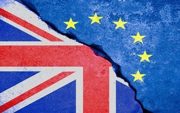"""Σε """"θέσεις μάχης"""" για σκληρό Brexit"""